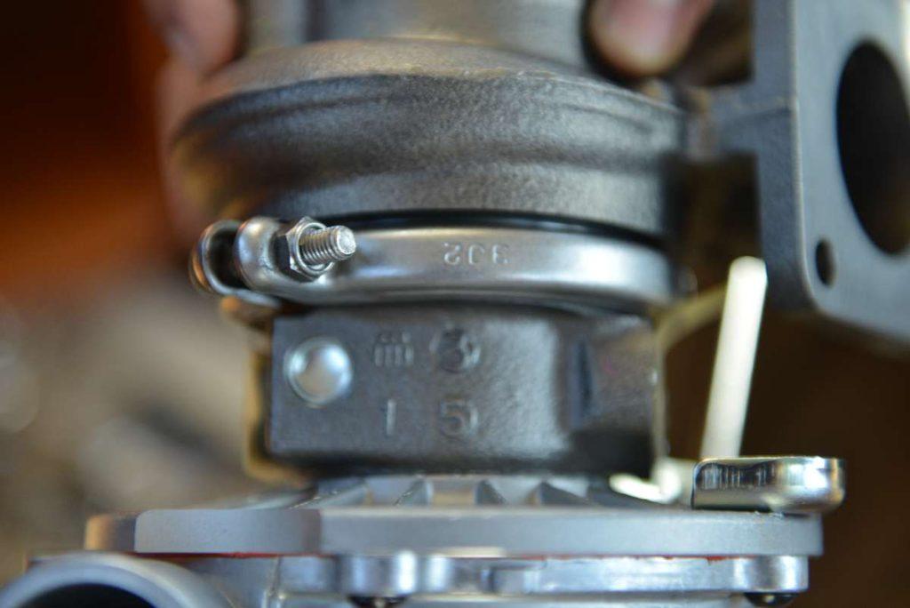 """Archivbild: Die """"magische"""" Schelle: Die hält beide Teile des Turbo-Laders zusammen."""