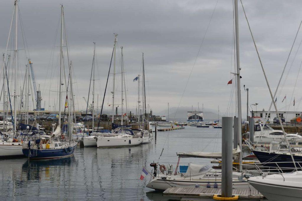GUERNSEY Marina mit Wasser in der Hafeneinfahrt