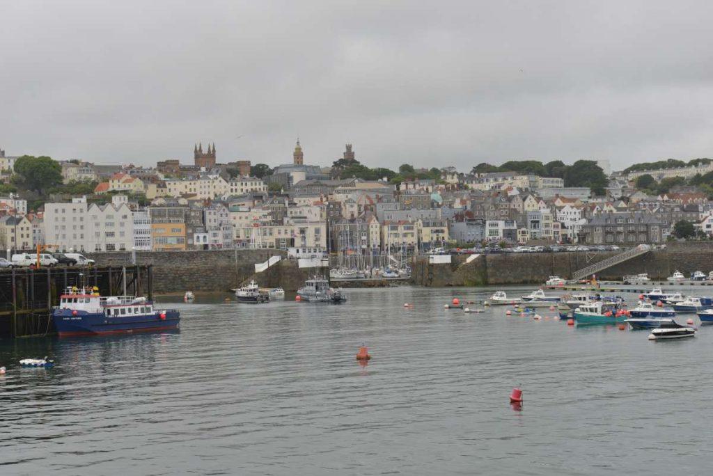 GUERNSEY Marina ohne Wasser in der hafeneinfahrt (Bildmitte)